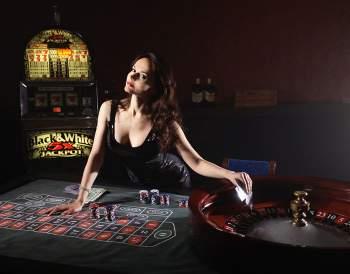 Nainen, rulettipöytä ja pelikone